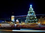 Poté, co se v sobotu v podvečer rozzářil vánoční strom, vyrazili první bruslaři na kluziště kolem Samsonovy kašny.
