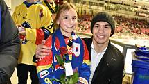 Zápas se Zlínem byl věnován ženám a dívkám. Květiny jim předával i útočník Motoru Martin Beránek.
