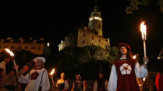 Ohňový průvod patří k největším lákadlům, která nabízejí Slavnosti pětilisté růže v Českém Krumlově. Letos projde městem v pátek od 21.45 hodin.