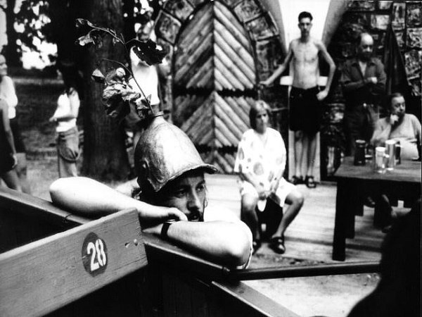 Dlouholetý člen Vltavanu a režisér Zdeněk Dušek odpočívá při zkoušce na jednu zmnoha her spolku.