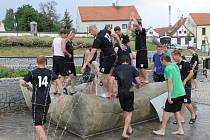 Fotbalisté v kašně na náměstí. SK Ševětín porazil doma Lomnici 2:1 a mohl začít slavit postup do I.A třídy, kam se vrací po roce.
