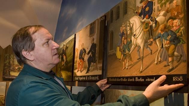 Muzeum Jindřichohradecka a Prácheňské muzeum získaly třetí místa v prestižní soutěži muzeí Gloria Musealis. Na snímku instaluje František Fürbach historický terč pro ostrostřelce do jedné z nových hradeckých expozic.