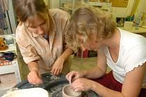 Vedle malířů a grafiků  se v neděli můžete setkat také s prací sklářů a keramiků.