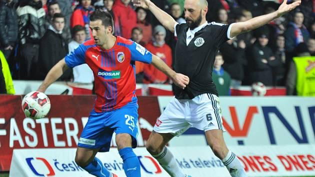 Roman Lengyel v zápase Dynama v Plzni atakuje domácího Mahmutoviče.