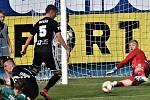 Dvě šance měl Jan Sýkora v Č. Budějovicích: z té první dal gól, tu druhou (na snímku) mu brankář Jindřich Staněk chytil.