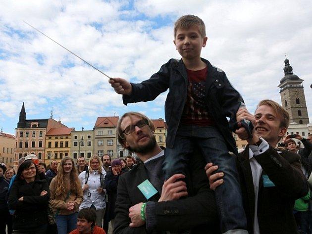 Chlapec dirigoval excelentně a sklidil za to velký potlesk. Aby na svého malého dirigenta všichni hudebníci dobře viděli, zvedli jej organizátoři majálesu Ladislav Zibura a Martin Kolář do výšky.
