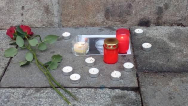 Lidé zapalují svíčky a nosí květiny pod českobudějovickou radnici za zesnulého Karla Gotta.