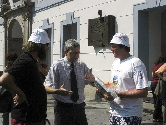 Náměstek primátora  Rudolf Vodička (uprostřed) přišel osobně pogratulovat mladému plavci (vpravo) a  trenéru Filipovi (vlevo) před  radnici.