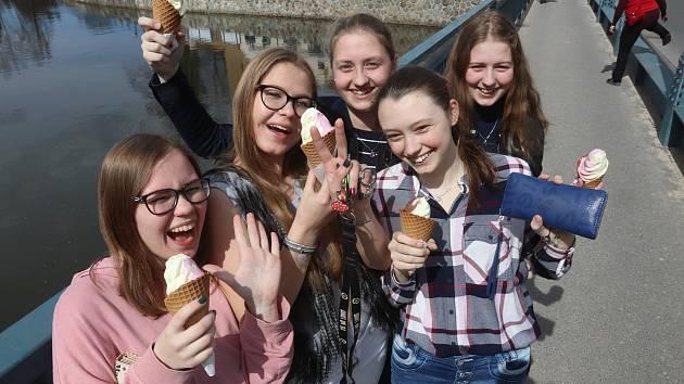 I duben dokáže nabídnout téměř až letní počasí, není divu, že si sluníčka po zimě v Českých Budějovicích užíval každý, jak mohl nejlépe.