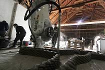 Robot realizuje výtvarná díla Michala Trpáka