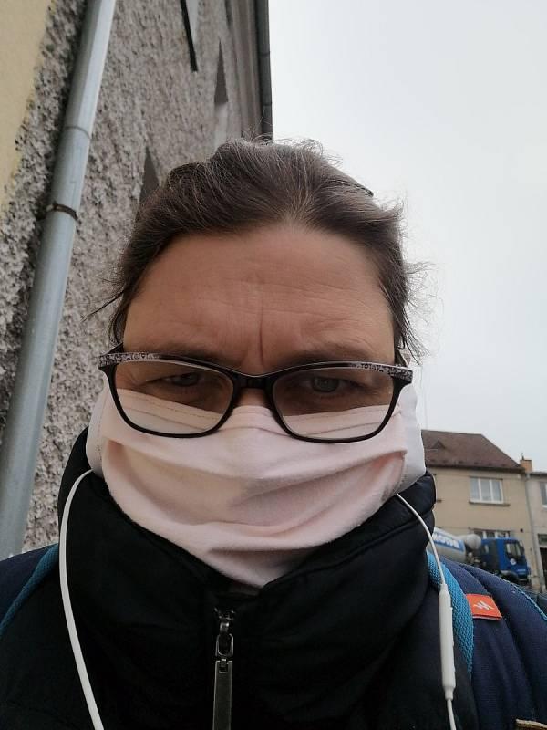 Kateřina Součková z Českých Budějovic vyrábí doma roušky pro své blízké.