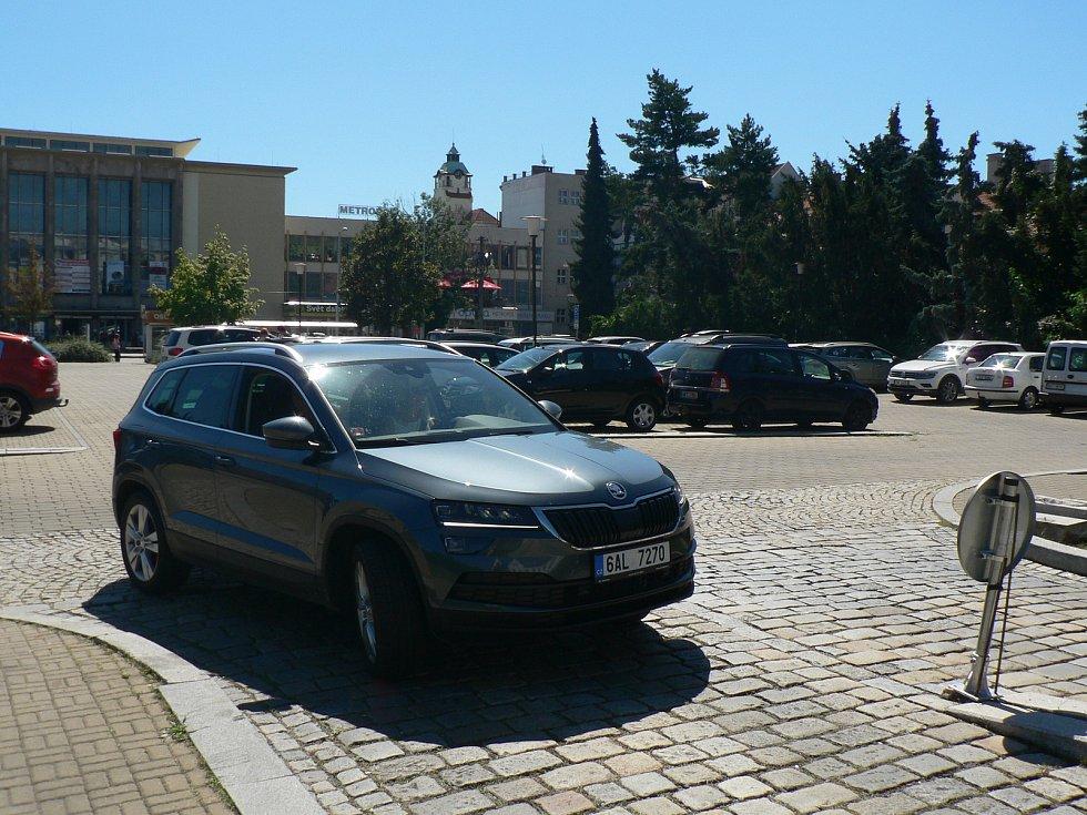 Parkoviště na Senovážném náměstí v Českých Budějovicích dostalo v roce 2020 informační cedule, kamery a závory. Řidiči se už u vjezdu dozvědí, jestli jsou ještě volná místa.