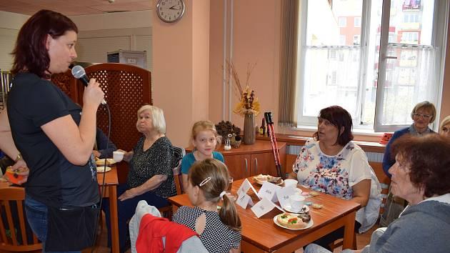 Setkání s dětmi se konají v jídelně pravidelně. Přichází navíc i dobrovolníci. Ti čtou klientům z knížek nebo si společně vyprávějí o prožitém životě.