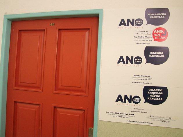 Za těmito dveřmi v krajském sídle ANO se jedna o dalším osudu krajské koalice.