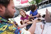 Práci s hlínou si mohli vyzkoušet v sobotu lidé v Boršově. Na snímku je akademický sochař Petr Fidrich ve společnosti Aleny Benešové (uprostřed) a Aničky Bednářové