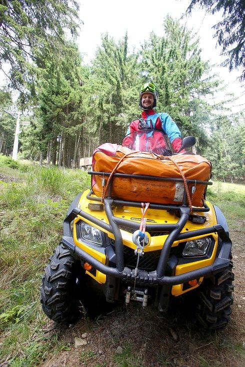 Letní provoz horské služby je stejně intenzivní jako provoz zimní. V létě jsou navíc lidé více roztroušení po celém území Šumavy.