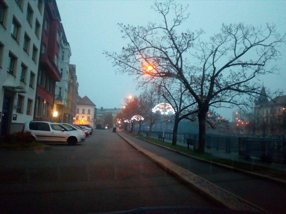 Sobotní ráno v Českých Budějovicích nabídlo za šera pohled na osvětlenou přístavbu Jihočeské vědecké knihovny v Lidické třídě i na adventní výzdobu v ulicích města.