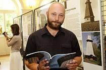 Kniha Slavné stavby Theodora Petříka připomíná osobnost architekta, který mj. navrhl rozhlednu Hýlačka. Na snímku autor knihy Martin Zubík.