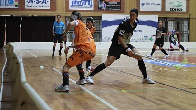 Michaela Nováková (vpravo) bojuje s hráčkami Herbadentu