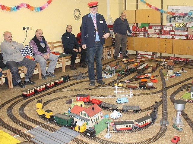 """Svatopluk Goszler uprostřed svého modelu železnice, který už tradičně staví vždy na konci roku v sále čížkrajické hospody. """"Specializuji se na modely úzkokolejek a místních drah. Žádné rychlíky či pendolina,"""" říká."""