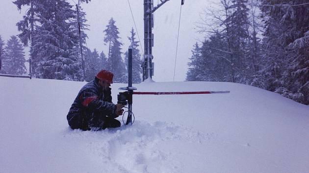 Provozovatelé skiareálů pomáhají zvýšit příděl přírodního sněhu technickým zasněžováním. Na snímku obsluhuje sněhové dělo na sjezdovce provozní šéf Skiareálu Lipno Antonín Kolář.