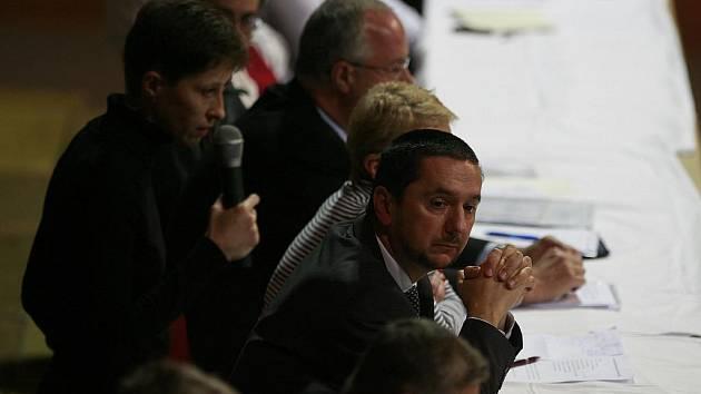 Primátor Juraj Thoma včera slíbil, že kvůli problémům kolem azbestu na májských školách budou potrestány konkrétní osoby.
