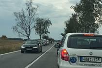 Nehoda tří vozidel zkomplikovala ve čtvrtek odpoledne provoz na hlavním tahu z Českých Budějovic