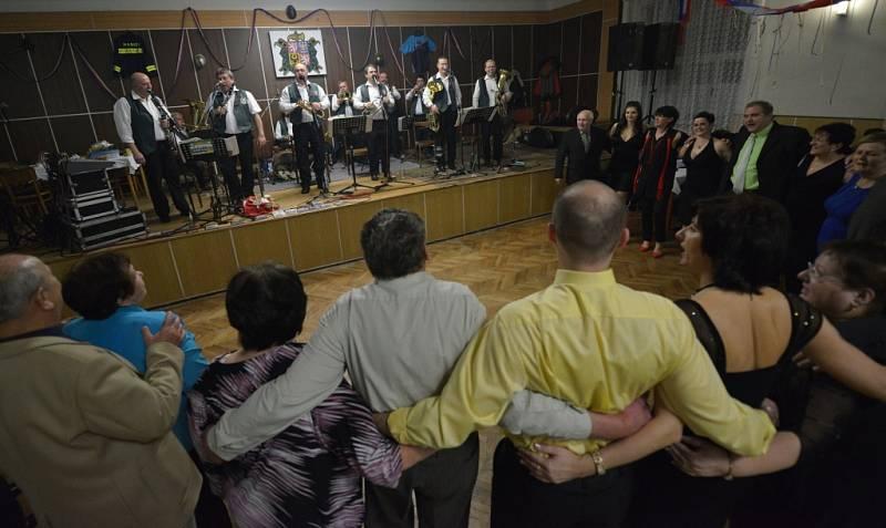 Jeden z nejsilnějších momentů přišel v 21.43: sólo pro Václava Koklara staršího, píseň Jak bolno u srdce. Mladí i starší udělali půlkruh pod pódiem...