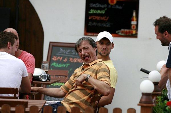 Do kin přijde 20.února komedie Babovřesky 2, kterou Zdeněk Troška natáčel loni vjižních Čechách, stejně jako první díl. Na snímku Martin Stropnický a hokejisté zNHL při natáčení vZáboří.