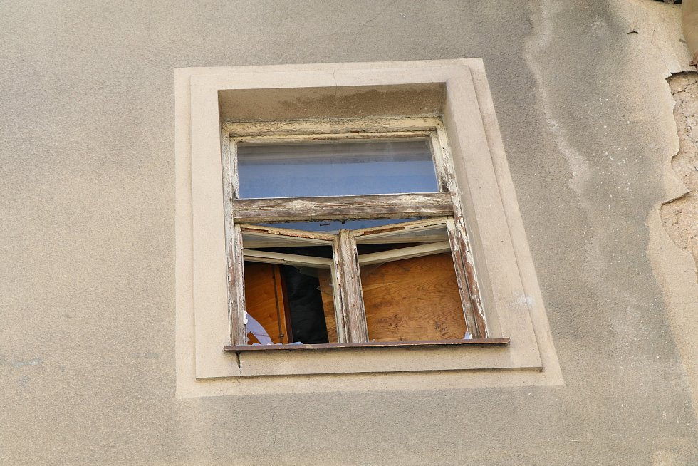 Vybydlený dům v samém centru Budějovic v ulici Karla IV. láká bezdomovce.