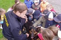 Českobudějovický policista Jiří Frank se svým služebním psem Kobim mezi dětmi ve školce.