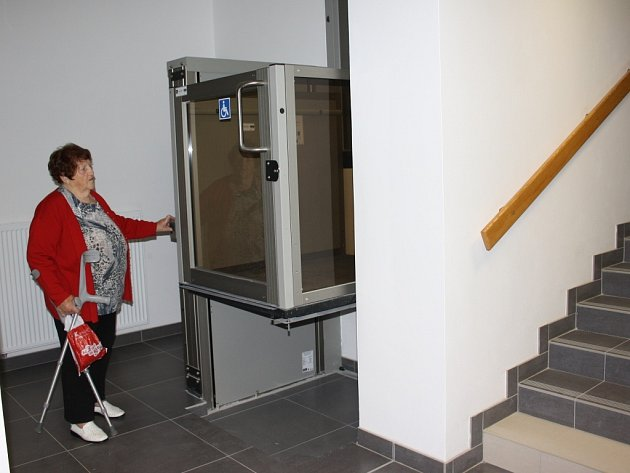 Senioři mohou ve vstupní hale využít malý bezbariérový výtah.