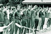 Evžen Krob (na snímku sedmý zleva) se sešel s Milanem Čudou (pátý zleva) i na volejbalovém hřišti.