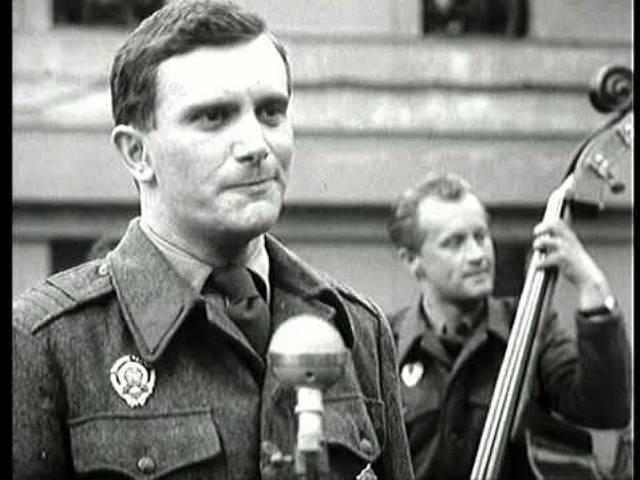 Jiří Suchý, spoluzakladatel Divadla Semafor, zpívá ve filmu Bylo nás deset. Vzadu jako basista účinkuje Jiří Šlitr.