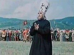 Scéna s upálením vznikla na Šumavě. Za kazatelem na obzoru jsou vidět šumavské vrcholky Bobíku a Boubína.