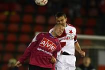 Tomáš Stráský (na snímku ve vzdušném souboji se slávistou Erichem Brabcem) sice na Strahově spálil největší příležitost fotbalistů Dynama, v zápase ale odvedl velice bojovný výkon.