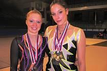 Kopáčová  (vpravo) a Dupalová  přivezly z mistrovství České republiky dorostenek šest medailí.