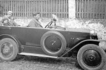 První republika. Momentka z rodinného výletu osobním automobilem z období první republiky.