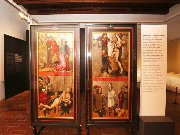 Husitské muzeum vTáboře připomíná mimořádnou výstavou fenomén kazatele Jana Husa, od jehož upálení uplynulo 600let. Na snímku oltářní křídla zRoudník, jedna znových národních kulturních památek.