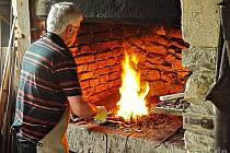 Mistrovi ohně se lze dívat přes rameno.