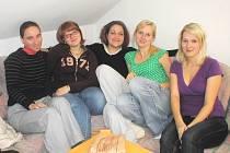Tým dobrovolnic tvoří zprava: Kateřina Kosová, Zuzana Zíbarová, Štěpánka Řezáčová, Hana Mácová a Kateřina Elstnerová.