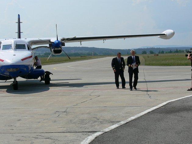 Licenci umožňující mezinárodní provoz na letišti v Českých Budějovicích přivezl do Plané generální ředitel Úřadu pro civilní letectví Jindřich Ploch (na snímku v pravo) letadlem L410.