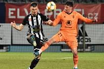Fotbalisté Dynama na úvod jarní části I. ligy Mladou Boleslav doma porazili 3:0 (na snímku Benjamin Čolič bojuje s Hönigem), v nedělním prvním semifinále ale v Ml. Boleslavi padli 2:1.
