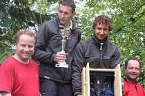 Na stupních vítězů Frymburského poháru nejvýš Křížek a Šedivec, kteří po levici i pravici symbolicky mají dlouholeté vítěze této trofeje Jiřího a Zdeňka Pavliše.