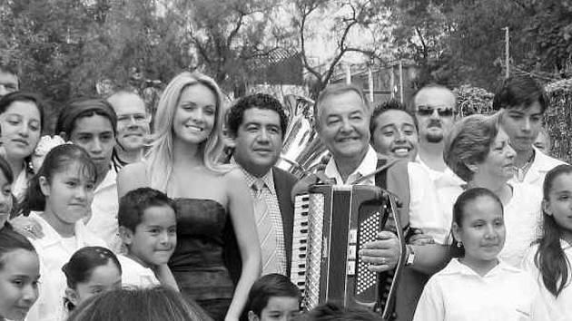 Metropolka v obležení mexických posluchačů.