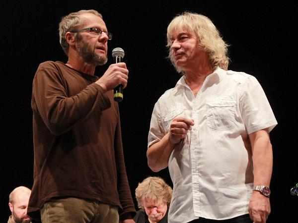 Pocta skupině Minnesengři, kteří vznikli před 45lety, se odehrála 14.listopadu 2013včeskobudějovickém DK Metropol. Na snímku Jiří Smrž a Pavel Žalman Lohonka.