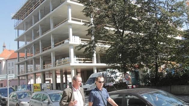 Stavba parkovacího domu v Českých Budějovicích.