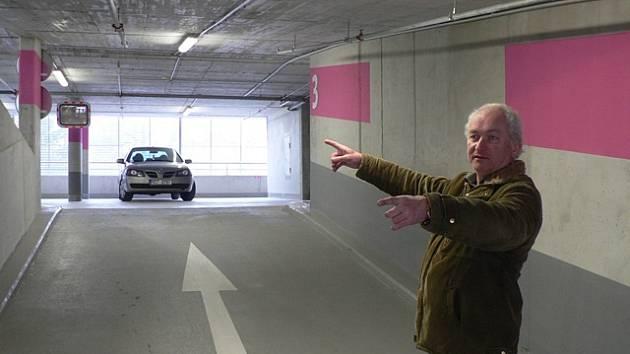 Parkovací dům naproti českobudějovické věznici. Na snímku stavbyvedoucí Josef Peterka.