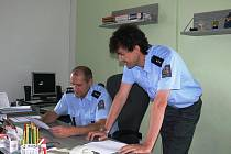 V čele obvodního oddělení Policie v Lišově stojí nadporučík František Čunta (v pozadí) se svým zástupcem nadporučíkem Jaroslavem Kazdou (stojící).