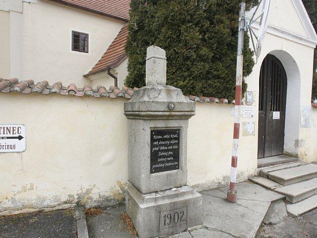 Střední část kamenného pomníku se posunula asi o dvacet centimetrů dozadu a křížek na vrcholu pomníku se zlomil.